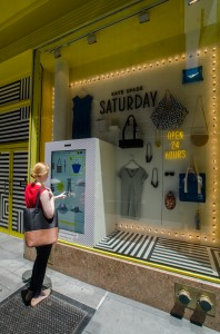 Kate Spade Saturday - Vitrine tactile et interactive